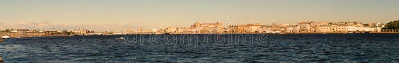 St Petersburg, Rússia - 28 de junho de 2017: Vista panorâmica da terraplenagem de Neva River em St Petersburg fotos de stock royalty free