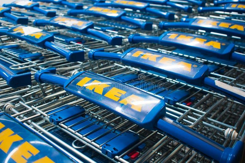 ST PETERSBURG, RÚSSIA - 3 DE JUNHO DE 2019: Loja do armazém de IKEA, pilhas do carrinho de compras com logotipo foto de stock