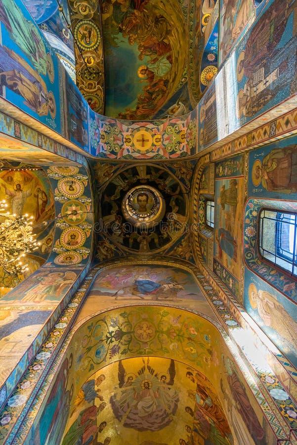 St Petersburg, Rússia - 6 de junho de 2017 teto com o mosaico da igreja do salvador no sangue ou da catedral da ressurreição de C fotos de stock