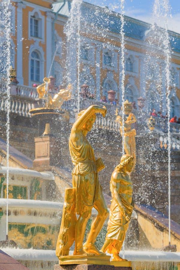 ST PETERSBURG, RÚSSIA - 29 DE MAIO DE 2015: Esculturas e fontes da cascata grande em Peterhof fotografia de stock