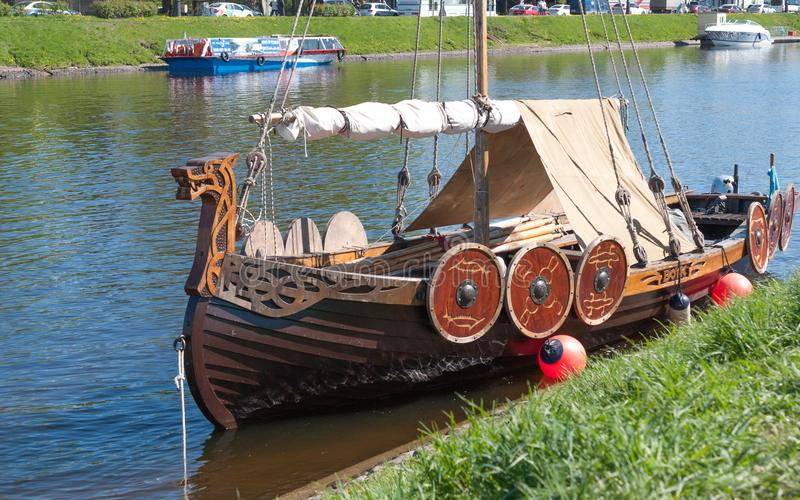St Petersburg, Rússia - 27 de maio de 2017: Navio pequeno amarrado de Viking em St Petersburg, Rússia foto de stock