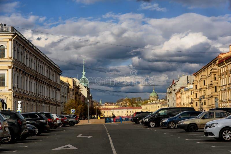 St Petersburg, Rússia - 4 de maio de 2019: Vista na rua com os carros que estacionam no dia ensolarado da mola com o céu nebuloso fotos de stock