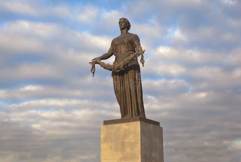 ST PETERSBURG, RÚSSIA - 17 DE NOVEMBRO DE 2014: Foto da figura da pátria Cemitério do memorial de Piskarevskoe fotografia de stock royalty free