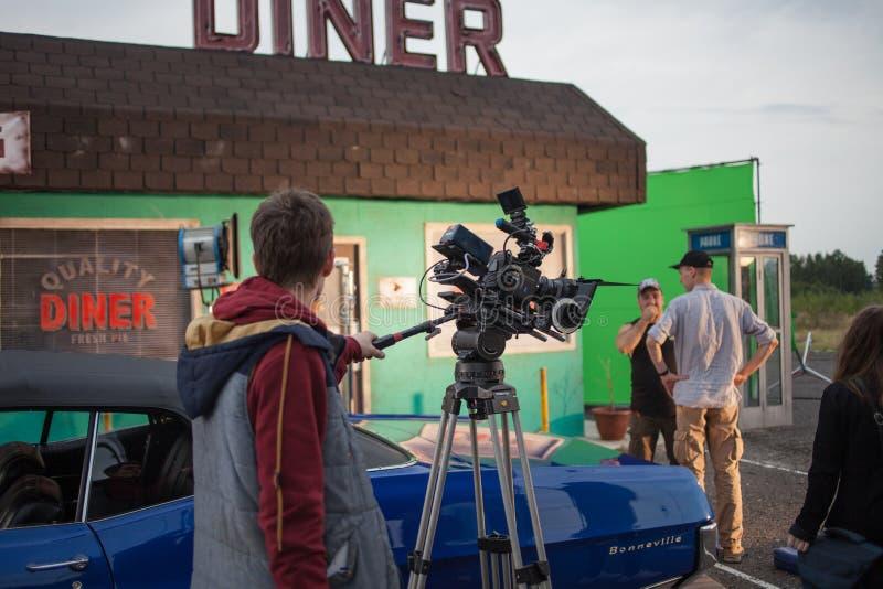 ST PETERSBURG, RÚSSIA - 31 DE OUTUBRO DE 2018: Grupo de filme no lugar cinematógrafo da câmera 4K foto de stock royalty free