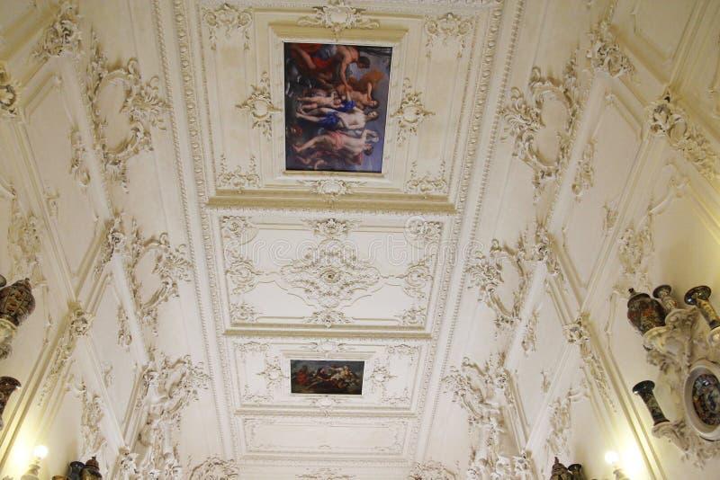 ST PETERSBURG, RÚSSIA - 6 DE OUTUBRO DE 2014: Interior de um de t imagens de stock