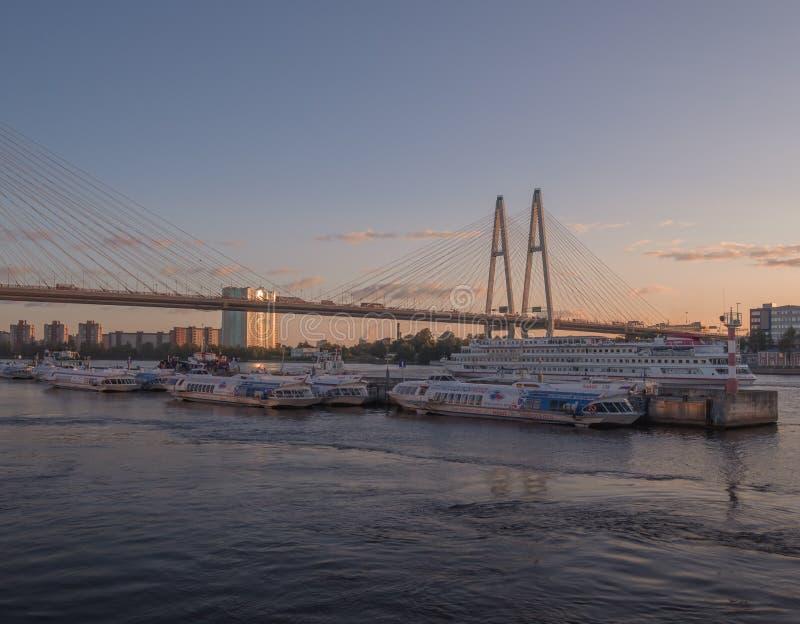 St Petersburg, Rússia - 5 de setembro de 2017: navios na ponte A vista da costa imagens de stock