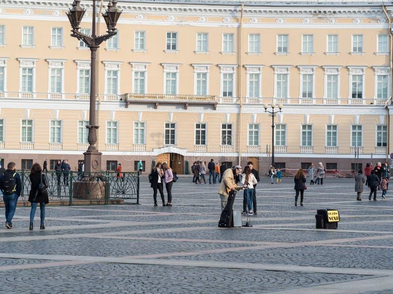 St Petersburg, Rússia - 21 de setembro de 2017: O músico da rua joga a guitarra Quadrado do palácio St Petersburg, Rússia foto de stock royalty free