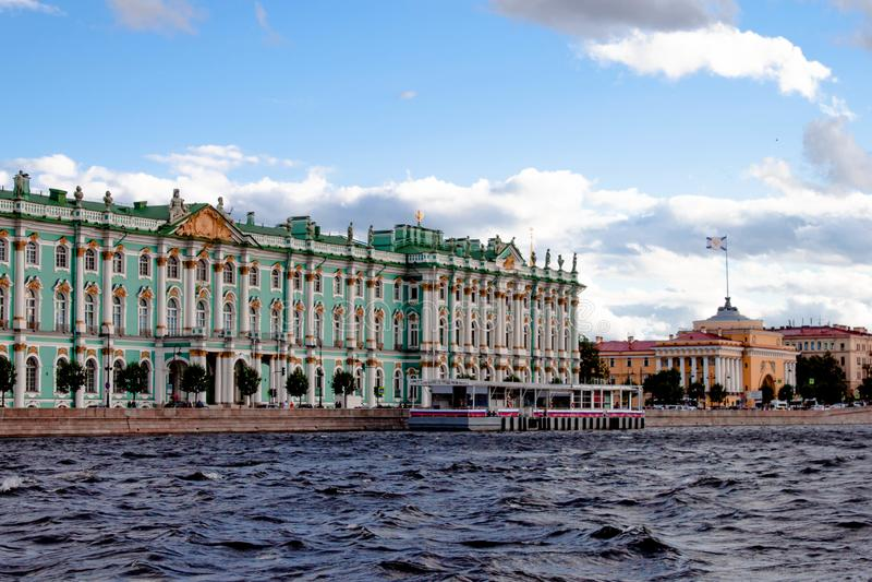St Petersburg, Rússia - 11 de setembro de 2018: Vista do palácio do inverno, museu de eremitério, o cuspe de Vasilyevsky Island d fotos de stock