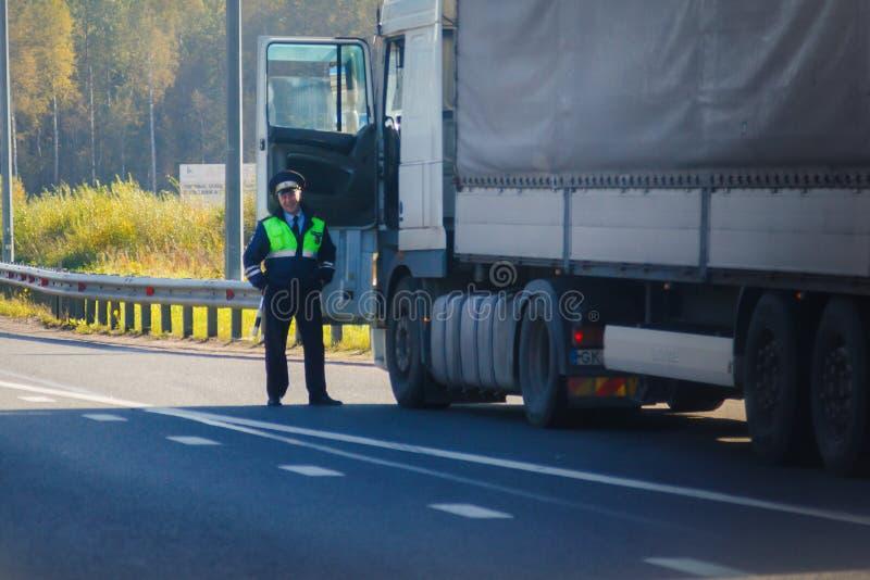 ST PETERSBURG, RÚSSIA - EM SETEMBRO DE 2018: polícia de sorriso da estrada imagem de stock