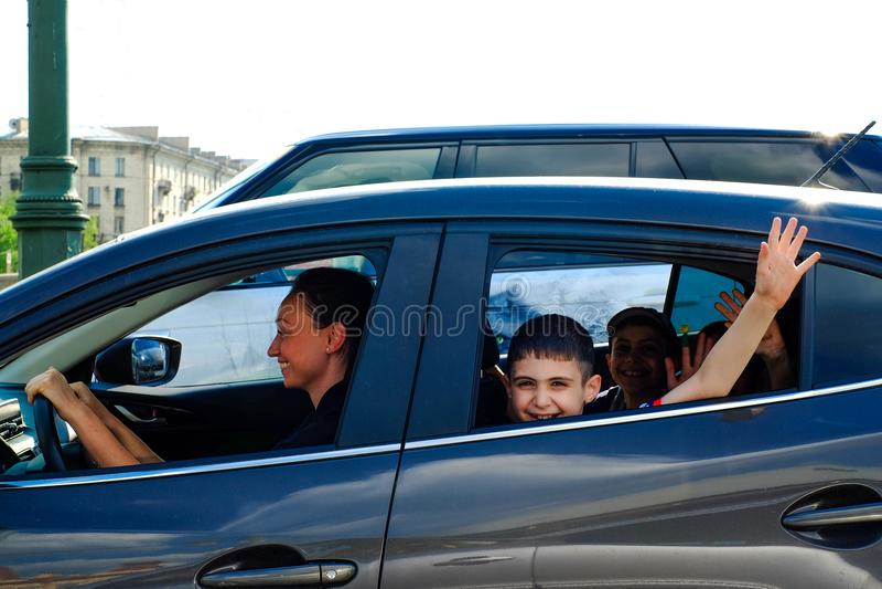 St Petersburg Rússia 05 18 2018 Mamã que conduz um carro com crianças fotos de stock