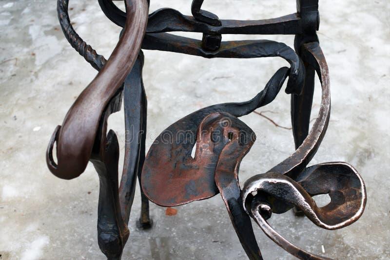 St Petersburg, Rússia, o 10 de março de 2019 Fragmento da cadeira original do ferro do autor no fundo do gelo imagem de stock
