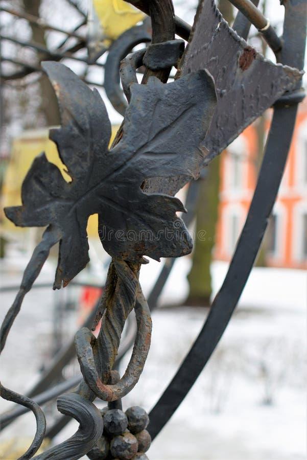 St Petersburg, Rússia, o 10 de março de 2019 Fragmento das decorações na cerca do ferro, na videira e na folha da uva imagem de stock royalty free