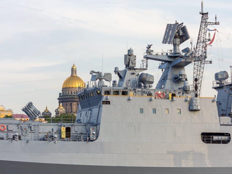 St Petersburg, Rússia - 07/23/2018: Preparação para a parada naval - almirante Makarov da fragata imagens de stock royalty free