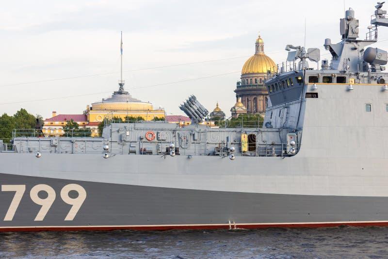 St Petersburg, Rússia - 07/23/2018: Preparação para a parada naval - almirante Makarov da fragata foto de stock