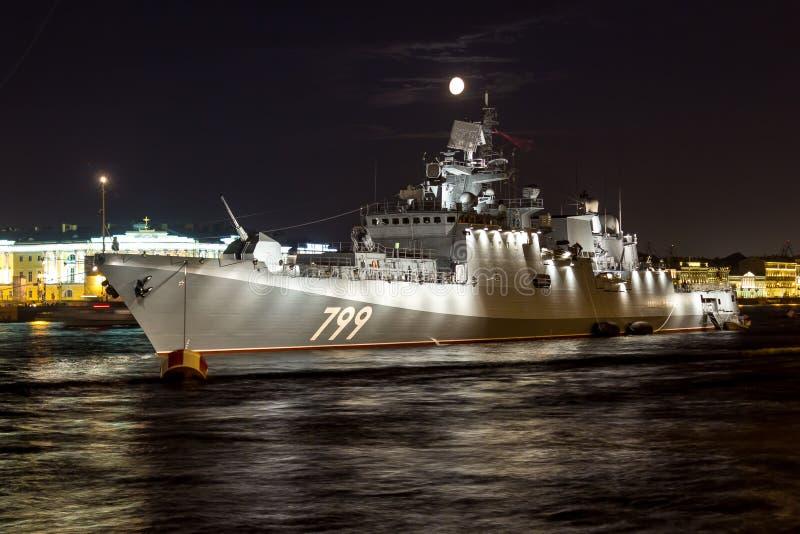 St Petersburg, Rússia - 07/24/2018: Preparação para a parada naval - almirante Makarov da fragata imagens de stock
