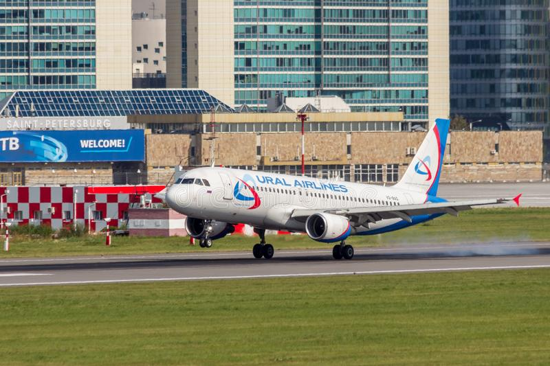 St Petersburg, Rússia - 08/16/2018: ` VQ-BAG de Ural Airlines do ` de Airbus A320 do avião de passageiros do jato no aeroporto de fotos de stock royalty free