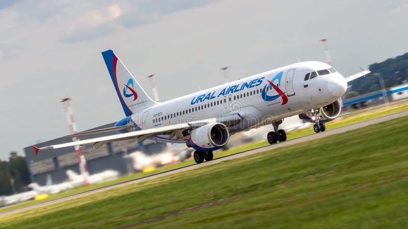 St Petersburg, Rússia - 08/16/2018: ` VQ-BCY de Ural Airlines do ` de Airbus A320 do avião de passageiros do jato no aeroporto de imagem de stock royalty free