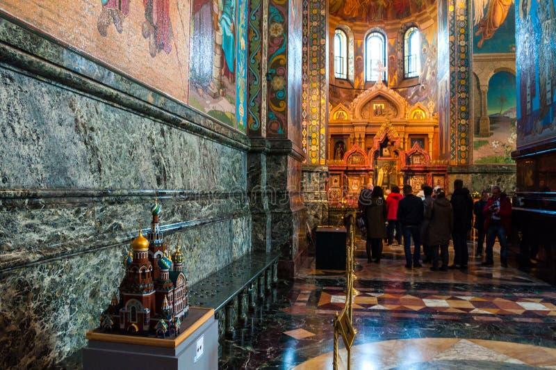 St Petersburg, R?ssia Catedral de nosso salvador no sangue derramado Réplica diminuta da catedral no primeiro plano imagem de stock royalty free