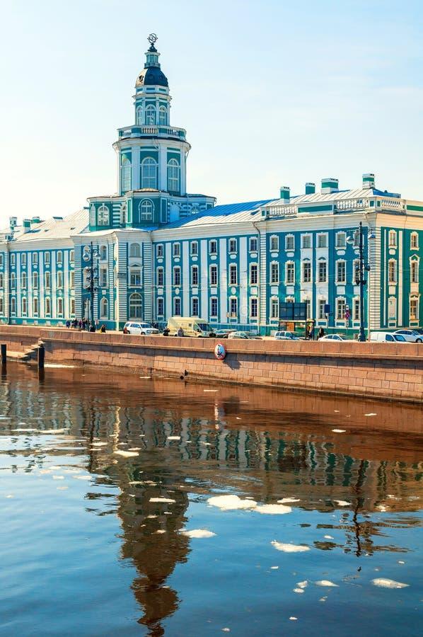 St Petersburg, R?ssia Constru??o na terraplenagem da universidade do rio de Neva, paisagem de Kunstkamera da cidade imagens de stock royalty free