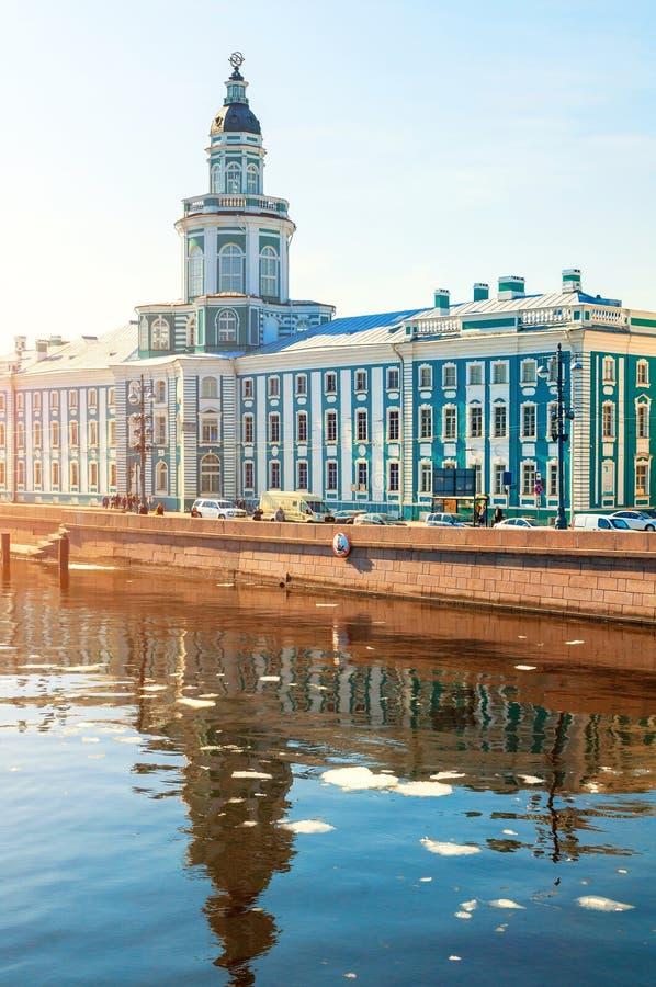 St Petersburg, R?ssia Constru??o de Kunstkamera na terraplenagem da universidade do rio de Neva foto de stock royalty free