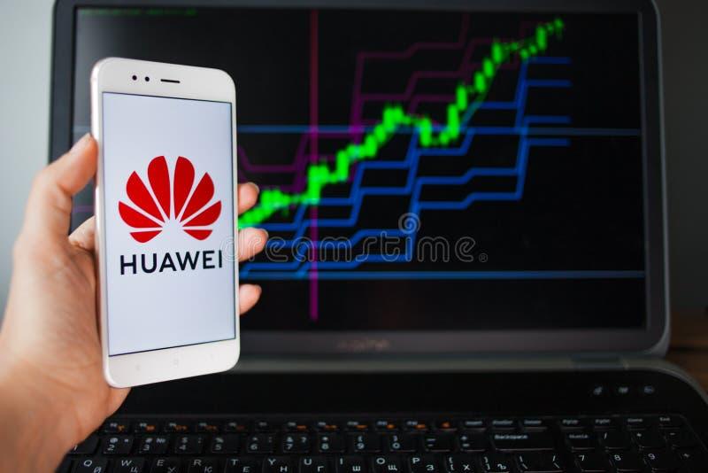 ST PETERSBURG, R?SSIA - 27 DE MAIO DE 2019: Anal?tica das seguran?as de Huawei, conceito fotos de stock