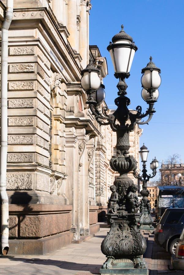 St Petersburg, R?ssia, em abril de 2019 Lanternas na aleia de sal na frente de Baron Stieglitz College foto de stock royalty free