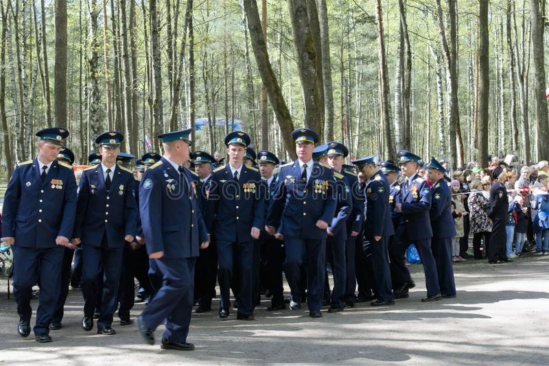 St Petersburg, R?ssia, em maio de 2019 Formação da parada de pilotos militares em uma celebração em um parque da cidade fotos de stock