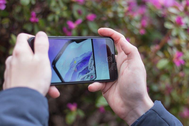 St Petersburg, R?SSIA -02 maio de 2019: Dobra fresca nova de Samsung do telefone do conceito na tela de um telefone celular fotos de stock royalty free