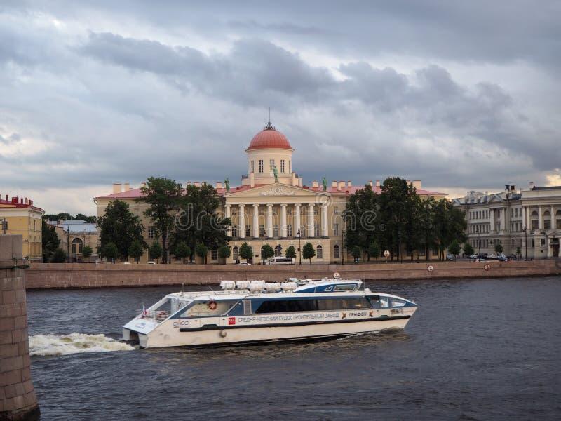 St Petersburg, R?ssia 07 13 2019 O barco de turista leva turistas ao longo de Neva River foto de stock royalty free