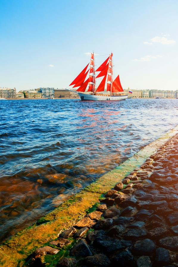 St Petersburg, R?ssia Prisão militar Rússia do russo com escarlate das velas no rio de Neva fotos de stock royalty free