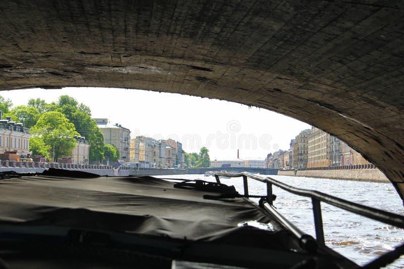 St Petersburg R?ssia Sob a ponte pelo navio imagens de stock