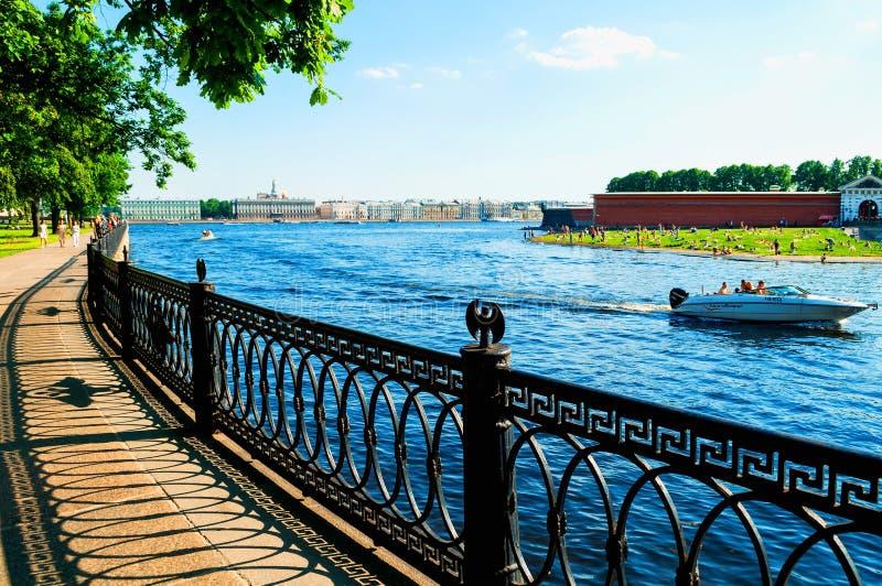 St Petersburg, R?ssia Terraplenagem de Kronverk ao lado de Peter e de Paul Fortress em St Petersburg, Rússia Paisagem do curso fotografia de stock royalty free