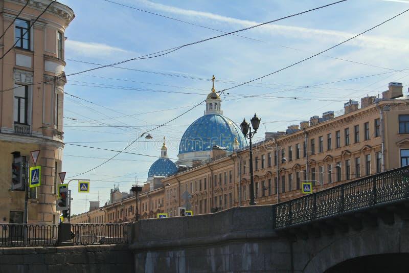St Petersburg R?ssia Terraplenagem do rio da ponte e do Fontanka fotografia de stock