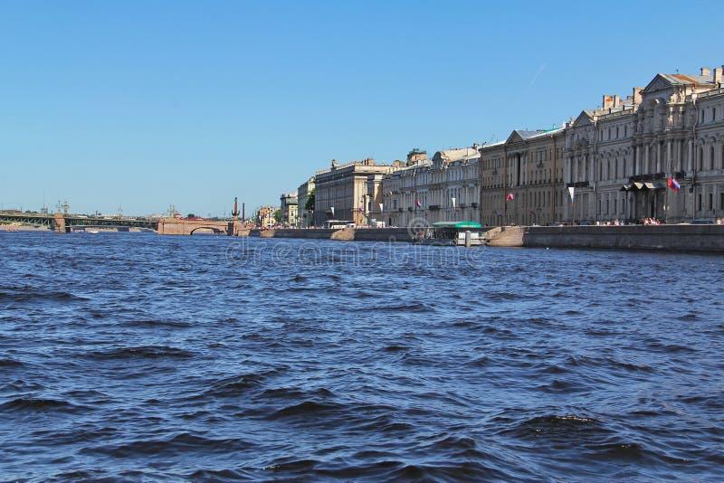 St Petersburg R?ssia Terraplenagem do rio Neva Centro hist?rico fotografia de stock royalty free