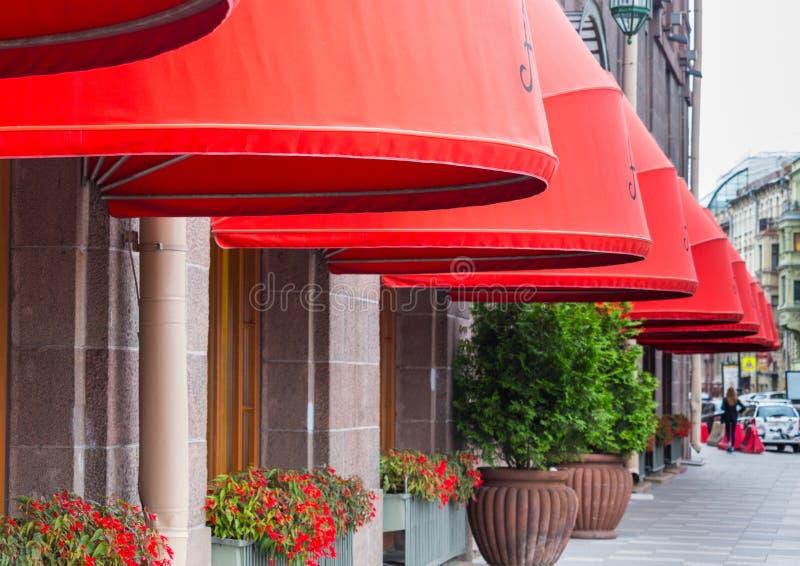 ST PETERSBURG, ROSJA - 2017 Astoria hotel przy Bolshaya Morskaya ulicą w St Petersburg, Rosja w słonecznym dniu - fasada obraz royalty free