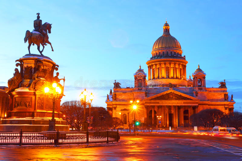 St Petersburg Rosja cumujący noc portu statku widok St Isaac fotografia royalty free