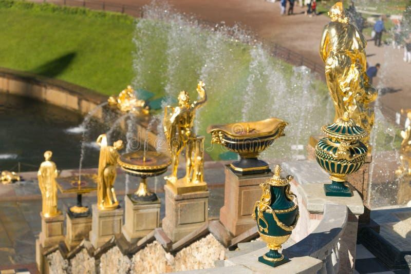 St Petersburg Rosja, Czerwiec, - 28, 2017: kaskada fontanny w Peterhof w St Petersburg Petersburg obrazy stock