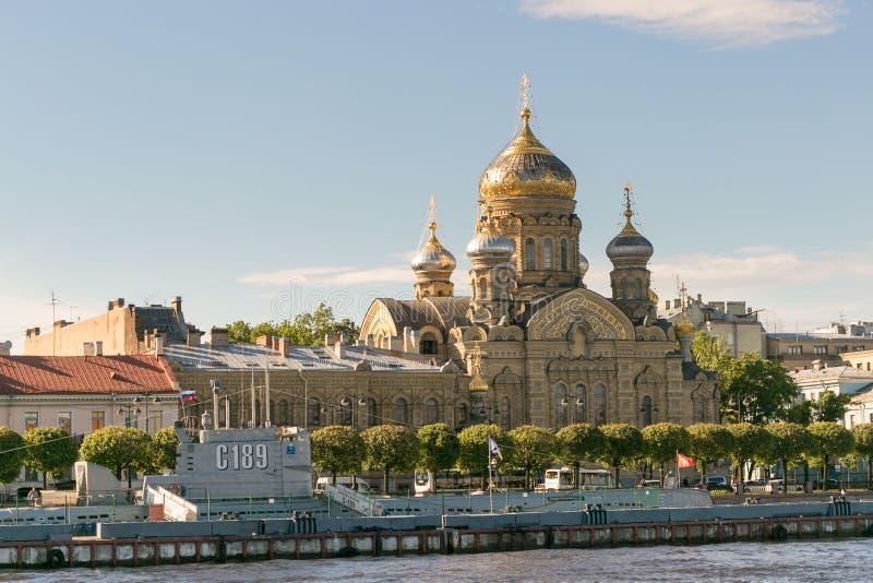 St Petersburg Rosja, Czerwiec, - 28, 2017: Panoramiczny widok Neva Rzeczny bulwar w St Petersburg obrazy stock