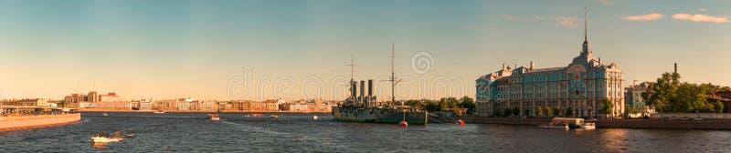 St Petersburg Rosja, Czerwiec, - 28, 2017: Panoramiczny widok Neva Rzeczny bulwar w St Petersburg zdjęcia stock