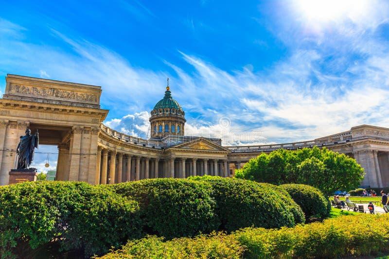 St Petersburg, Rosja, kopuła i kolumnada Kazan katedra z zielonymi roślinami w słonecznym dniu, obraz stock