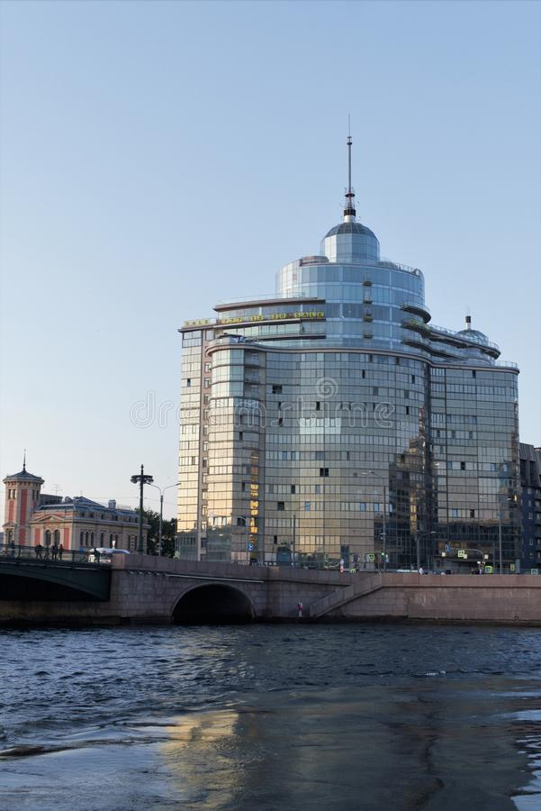 St Petersburg, Rosja, Lipiec 2019 Ogromny nowożytny budynek beton i szkło w centrum miasta zdjęcia stock