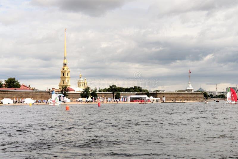 St Petersburg, Rosja, Lipiec 2019 Widok forteca i plaża na brzeg od przelotnego statku Peter i Paul obraz stock