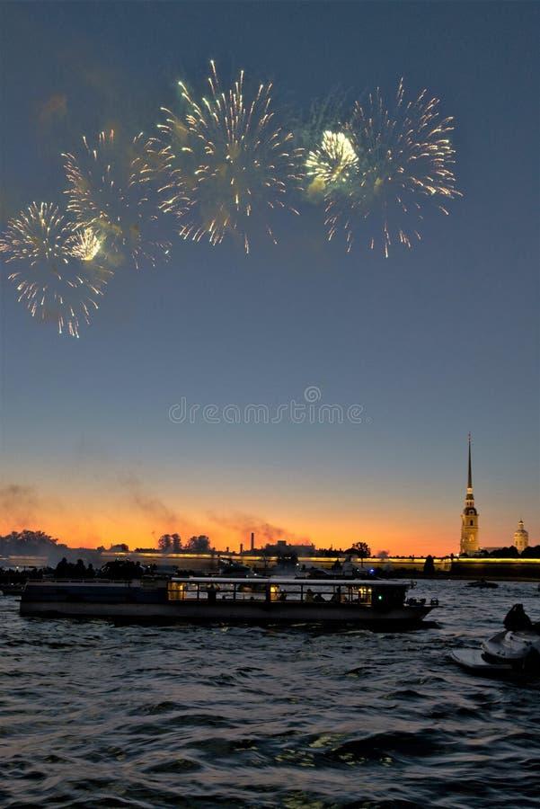St Petersburg, Rosja, Lipiec 2019 Wspaniali fajerwerki nad rzecznym kanałem i fortecą Peter i Paul zdjęcie royalty free
