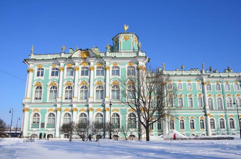 St Petersburg, Rosja, Luty, 27, 2018 Ludzie chodzi blisko zima pałac, St Petersburg fotografia royalty free