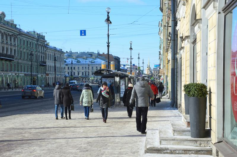 St Petersburg, Rosja, Luty, 27, 2018 Ludzie w śnieżnym odprowadzeniu wzdłuż Nevsky perspektywy w zimie w St Petersburg fotografia royalty free