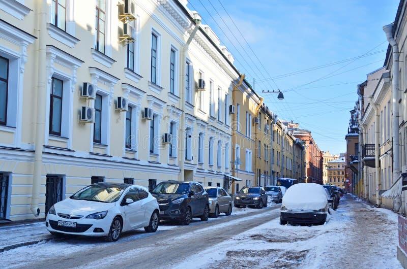 St Petersburg, Rosja, Luty, 27, 2018 Samochody parkujący na stronie ulica zbrojmistrz Fedorov w Świątobliwym Petersburg fotografia royalty free