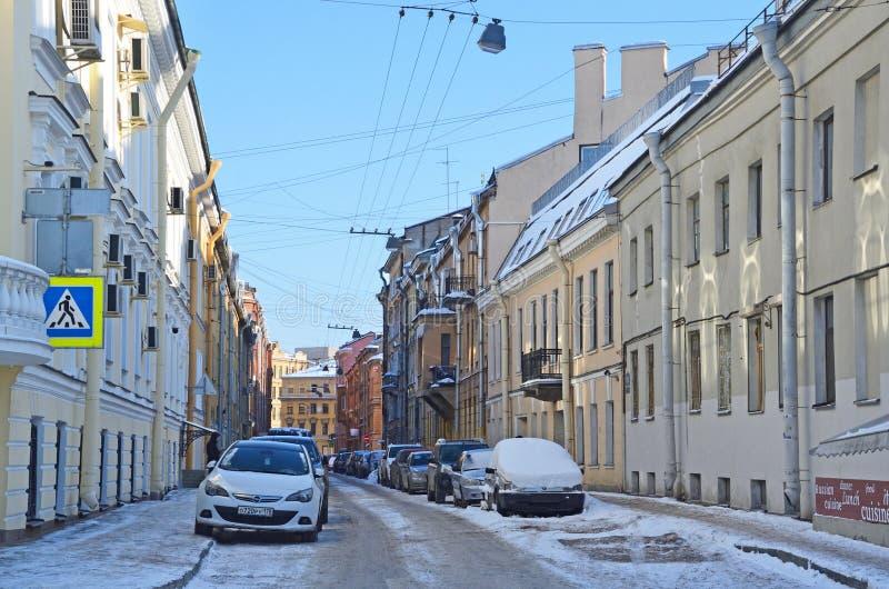 St Petersburg, Rosja, Luty, 27, 2018 Samochody parkujący na stronie ulica zbrojmistrz Fedorov w Świątobliwym Petersburg obrazy royalty free