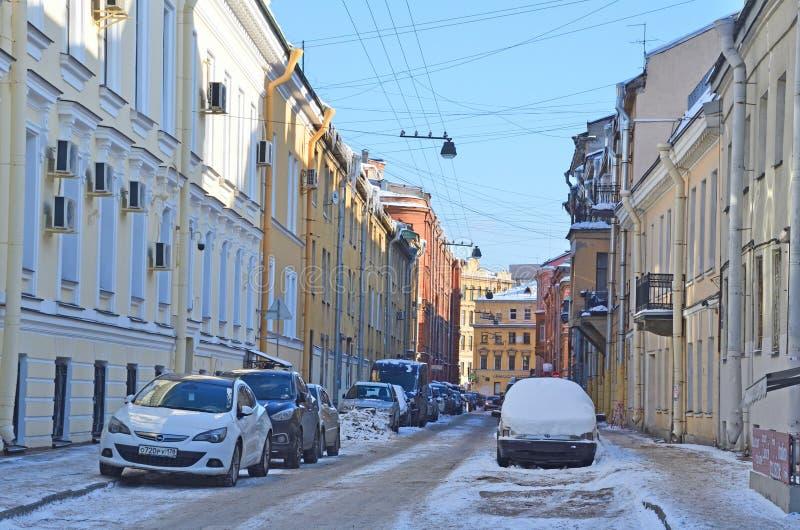 St Petersburg, Rosja, Luty, 27, 2018 Samochody parkujący na stronie ulica zbrojmistrz Fedorov w Świątobliwym Petersburg obraz royalty free