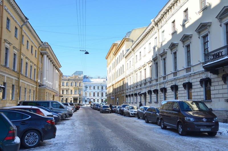 St Petersburg, Rosja, Luty, 22, 2018 Samochody parkujący na Włoskiej ulicie w zimie fotografia royalty free