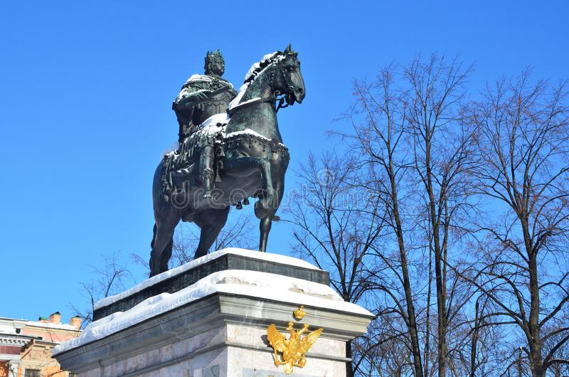 St Petersburg, Rosja, Luty, 27, 2018 Zabytek cesarz Peter Wielki przed Mikhailovsky kasztelem w zimie obrazy royalty free